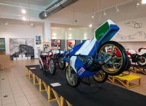 Historische, alte Motorräder aus dem Motorsport im tschechischen Technikmuseum in Brünn