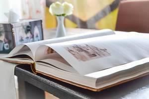 Historische Bilder auf einer geöffneten Buchseite