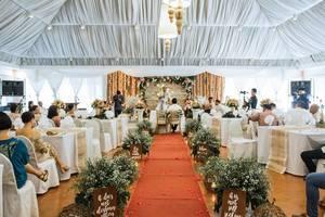 Hochzeitszeremonie mit Gästen und Pfarrer in weiß geschmücktem Zelt im Zaycoland Hotel, Philippinen