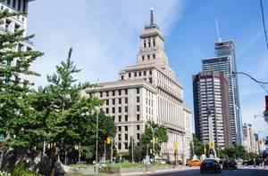 Hohe Gebäude am Straßenrand in einer Großstadt