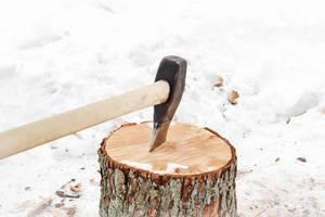 Holz hacken mit der Axt