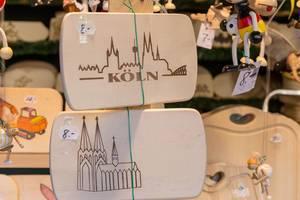 hölzerne Küchenbretter mit Motiven des Kölner Doms an Weihnachtsmarkt an Rudolfplatz