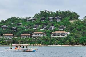 Hölzernes Auslegerboot fährt an in Palmen und Bäumen eingebetteten Luxushotels vorbei