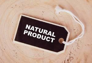 """Hölzernes Preisschild mit Text """"NATURAL PRODUCT"""" (natürliches Produkt) auf Holztisch"""