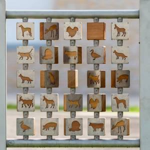 Hölzernes Spiel mit Tiersymbolen
