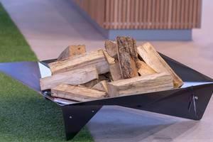 Holzhalter für Brennholz aus Blech. Ungewöhnliches Design
