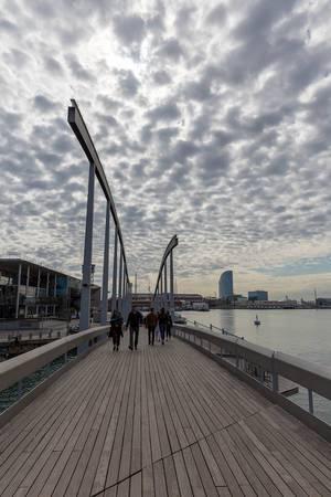 Holzpromenade und Brücke Rambla de Mar am Jachthafen Port Vell ist ein Wahrzeichen der Stadt Barcelona an Spaniens Ostküste
