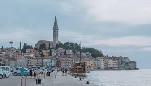 Holzschiff und historische Hafenstadt Rovinj, auf Istrien in Kroatien