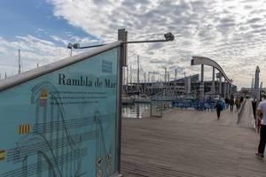 Holzsteg Rambla de Mar am Jachthafen Port Vell in Katalonien in Barcelona, Spanien
