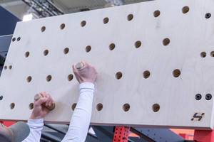 Holzwand mit Holzstäben zum Klettertraining auf der Fibo 2019 in Köln