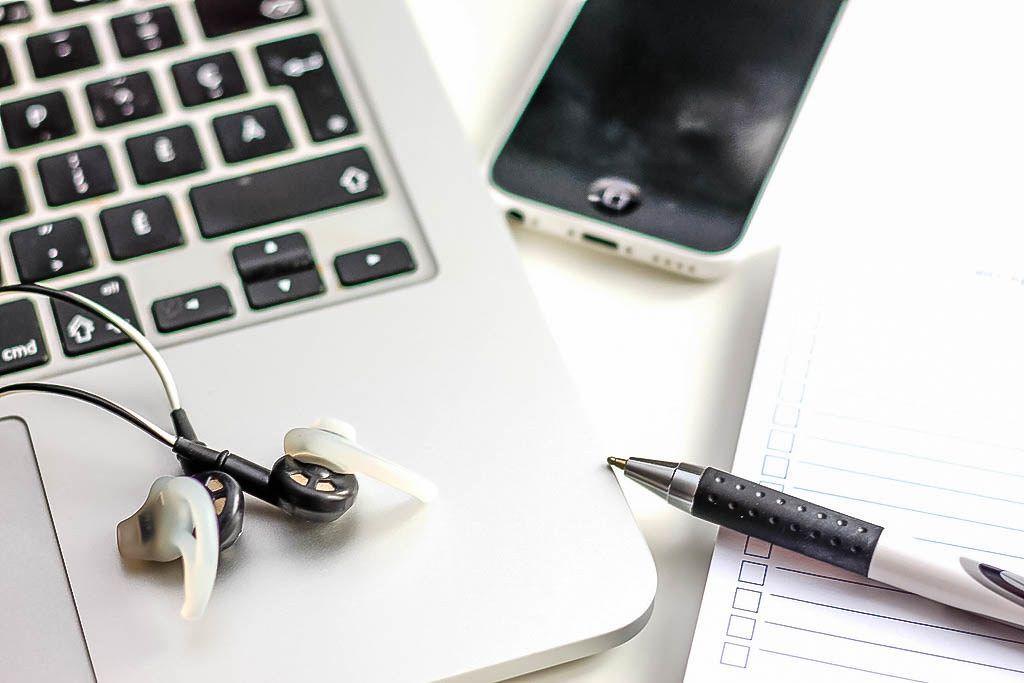 Homeoffice und Lernen mit Laptop und Musik
