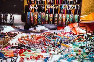 Honduras typische Ketten und Armbänder zum Verkauf an einem Souvenirstand
