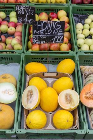 Honigmelonen und andere Früchte an einem Obststand am Naschmarkt