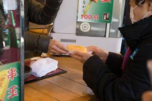 Hot rolled omelette - beliebter Snack in Tokyo, Japan