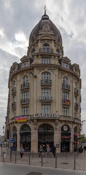 Hotel Carlton mit Deutschland-Fahnen während der EM in Lille