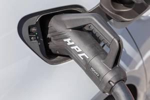 HPC-Stecker IONITY: High-Power-Charging-Ladestecker an ein Elektroauto angeschlossen