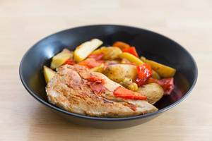 Hühnchenbrust mit Paprika und Kartoffeln  - Nahaufnahme