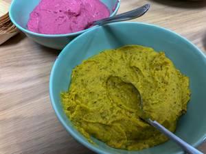 Humus mit roter Beete und Curry in Schälchen