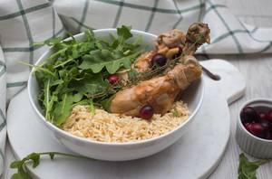 Hünchen mit Reis und frischen Rucola in einer Schüssel in der Nahaufnahme