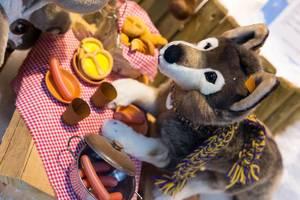 Hund-Plüschtier beim Picknick mit Hotdogs
