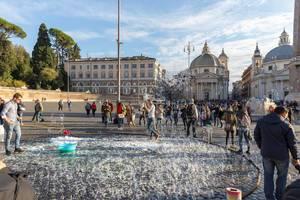 Hunderte kleine Seifenblasen begeistern die Zuschauer auf dem Piazza del Popolo in Rom