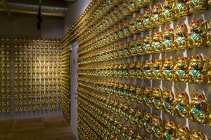 """Hundreds of golden Japanese beckoning cats, so called """"Maneki-neko"""" in coa Wok & Bowl restaurant in Cologne"""