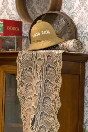 Hut mit Porto Dalva Aufschrift und Schlangenleder