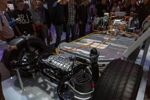 IAA-Ausstellung des Grundgerüst des Audi Elektroautos der e-tron Serie mit Antriebsstrang
