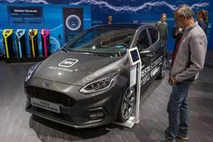 IAA-Messebesucher stehen neben dem Ford Fiesta Ecoboost Hybrid mit Mildhybrid-System