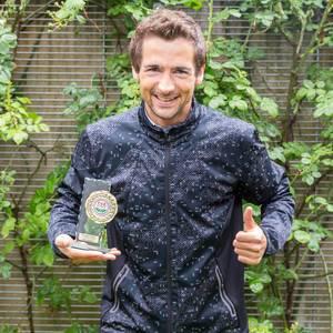 """Ich mit dem Award für den 1. Platz beim Halbmarathon """"Rund um den Otto-Maigler-See"""" in der Hand"""
