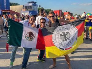 Ich mit mexikanischen Fußball-Fans - Flaggen Mexikos und Deutschlands Seite an Seite