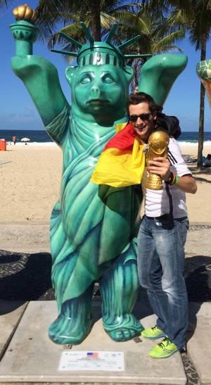 Ich neben dem Buddy Bear im Look der Freiheitsstatue – Fußball-WM 2014, Brasilien
