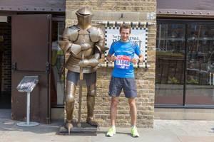 Ich neben einer Ritterrüstung mit London Marathon Startnummer in Händen