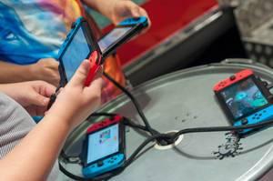 IFA Besucher mit Nintendo Switch Konsolen in Händen