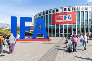 IFA Logo als großer, blauer Schriftzug, aufgebaut vor der Messehalle für die internationale Funkausstellung in Berlin