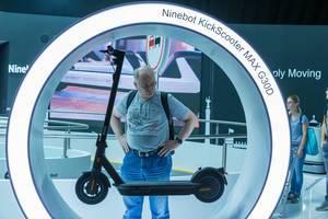"""IFA-Messebesucher begutachtet den E-Scooter mit Straßenzulassung """"Ninebot KickScooter Max G30D"""""""