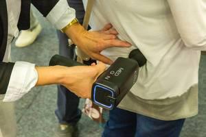 IFA-Messebesucher testen das MediGun Vibrationsmassagegerät zur Lockerung von Muskeln, Verkrampfungen und Verspannungen