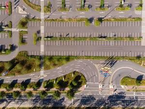 IKEA Parkplatz und Zufahrt aus der Vogelperspektive