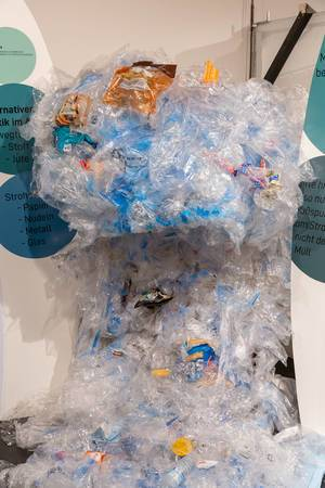 Illustrating the 611 kg of plastic waste caused by every German per year