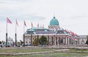 Im Wind wehende Flaggen vor der Burg von Budapest in der Hauptstadt Ungarns