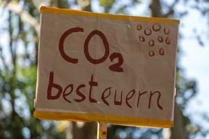 """Improvisiertes Demonstration Schild mit """"CO2 besteuern"""" Schriftzug in der Nahaufnahme"""