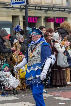 In blau gekleideter Mann mit schicker Brille - Kölner Karneval 2018