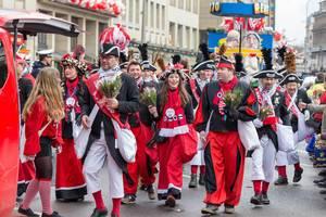 In schwarz-weiß-rot gekleidet und zu Fuß beim Rosenmontagszug - Kölner Karneval 2018