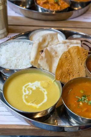 Indische Küche - Hünchenbrust in Kokosnuss-Cashew Curry mit Fladenbrot und Reis