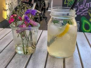 Ingwer-Zitronen-Limonade und Blumen im Glas