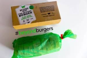 Inhalt der pflanzlichen Beyond Meat Burger Box, mit zehn Patties, gefroren verpackt, für eine fleischlose, vegane Ernährung ohne Soja und Gluten