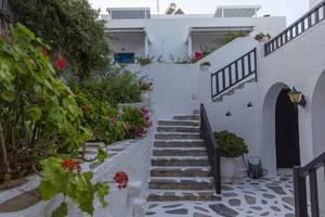 Innenhof des griechischen Hotels Antirides zwischen dem Strand Piperi und  Zentrum von Naoussa auf Paros