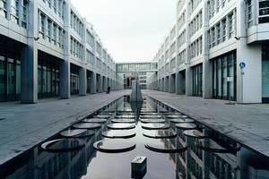 Innenhof von einem modernen Gebäude mit Brunnen und Skulptur in München