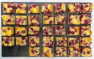 Ins Würfel geschnittene, gesunde Kirsch-Mandel-Kuchen auf schwarzem Probiertablett auf dem BarCamp in Bonn