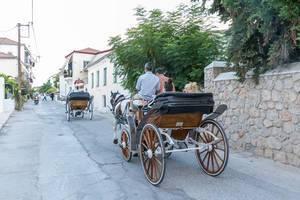 Inselverkehr mit Kutschfahrten, vorbei an venezianischen Häuser, auf Spetses, Griechenland